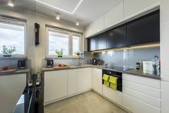 Diseño interior de la cocina moderna fotografía de archivo libre de regalías