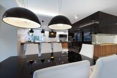 Diseño interior de la cocina moderna con la tabla negra Fotos de archivo libres de regalías