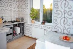 Diseño interior de la cocina simple moderna en apartamentos ligeros fotos de archivo
