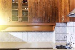 Diseño interior de pino de la cocina de encargo hermosa de lujo de madera con la isla y el granito foto de archivo