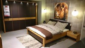 Diseño interior de un dormitorio moderno imagenes de archivo