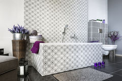 Diseño interior del cuarto de baño moderno Fotografía de archivo