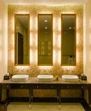 Diseño interior del estilo moderno de un cuarto de baño Fotos de archivo libres de regalías