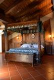 Diseño interior del hotel de lujo de la montaña Cama de madera del toldo del sitio durmiente Imagen de archivo libre de regalías