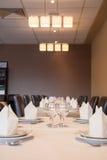 Interior del restaurante moderno, vidrio vacío en la tabla. fotos de archivo