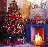 Diseño interior del sitio de la Navidad, árbol de Navidad adornado por las RRPP de las luces Foto de archivo