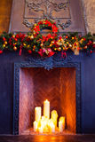 Diseño interior del sitio de la Navidad, árbol de Navidad adornado por las RRPP de las luces Imágenes de archivo libres de regalías