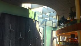 Diseño interior hermoso y cascada de la alameda de Dubai almacen de metraje de vídeo