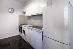 Diseño interior limpio de la cocina blanca moderna Imágenes de archivo libres de regalías