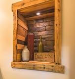 Diseño interior puesto en cuarto de baño rústico imagen de archivo libre de regalías