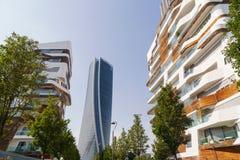 Diseño italiano moderno del edificio en Milán Constructure de mirada futuro con los materiales y la madera blancos fotos de archivo