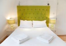 Diseño lujoso de la cama Imágenes de archivo libres de regalías