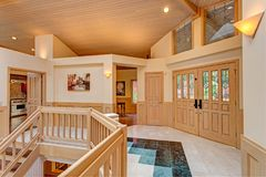 Diseño magnífico elegante del salón de la entrada con la escalera echada a un lado doble fotografía de archivo