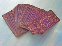 Diseño medieval de la parte posterior del símbolo de las cartas de tarot en el fondo de madera azul, cubiertas del tarot foto de archivo libre de regalías