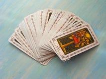 Diseño medieval de las cartas de tarot en el fondo de madera azul, cubiertas del tarot con el título ruso foto de archivo