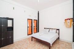 Diseño minimalista del chalet limpio del dormitorio Imágenes de archivo libres de regalías