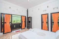 Diseño minimalista del chalet limpio del dormitorio Foto de archivo libre de regalías