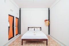 Diseño minimalista del chalet limpio del dormitorio Imagenes de archivo