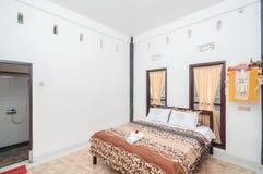 Diseño minimalista del chalet limpio del dormitorio Fotografía de archivo libre de regalías