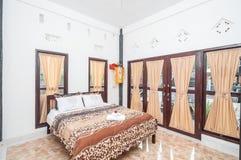 Diseño minimalista del chalet limpio del dormitorio Foto de archivo