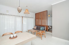 Diseño minimalista limpio del chalet de la sala de estar y del dormitorio Imagen de archivo libre de regalías
