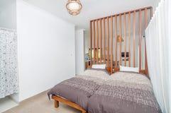 Diseño minimalista limpio del chalet de la sala de estar y del dormitorio Imagenes de archivo