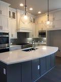 Diseño moderno agradable de la cocina en una nueva casa imagenes de archivo