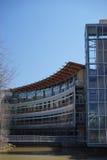 Diseño moderno curvado eficiente del edificio fotografía de archivo libre de regalías
