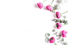 Diseño moderno de la primavera con las flores en el moke blanco de la opinión superior del fondo para arriba Imagen de archivo