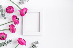 Diseño moderno de la primavera con las flores en el moke blanco de la opinión superior del fondo para arriba Imagenes de archivo