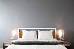 Diseño moderno del dormitorio, cama matrimonial Fotos de archivo