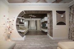 Diseño moderno del lavabo con el entarimado de madera combinado y la pared de madera oscura imagenes de archivo