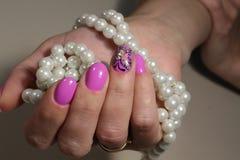 Diseño rosado de la manicura con la mariposa Foto de archivo