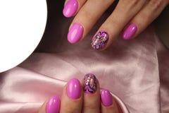 Diseño rosado de la manicura con la mariposa Imágenes de archivo libres de regalías
