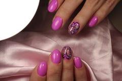 Diseño rosado de la manicura con la mariposa y los diamantes artificiales Imagenes de archivo