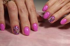 Diseño rosado de la manicura con la mariposa y los diamantes artificiales Imagen de archivo