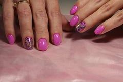 Diseño rosado de la manicura con la mariposa y los diamantes artificiales Imagen de archivo libre de regalías