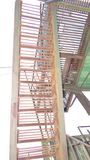 Diseño soldado con autógena acero de la escalera en fondo del cielo imagen de archivo libre de regalías