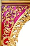 Diseño tailandés de oro del modelo en la pared del templo Imágenes de archivo libres de regalías
