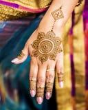 Diseño terminado de Mehndi exhibido a mano y fingeres de la huésped india de la boda Fotografía de archivo