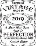 Diseño vectorial de la impresión de la camiseta El vintage superior hizo en 2019 una estrella fue llevado envejeció a la perfecci ilustración del vector