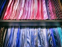 Diseños de corbatas en estante Fotos de archivo