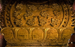 Diseños de la nube y del pétalo, detrás de la estatua de Nyoirin Kannon, del templo de Todai-ji imágenes de archivo libres de regalías