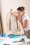 Diseñador de moda de sexo femenino que toma la medida Fotos de archivo libres de regalías