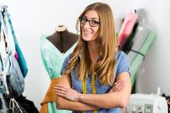 Diseñador de moda o sastre que trabaja en estudio Fotos de archivo