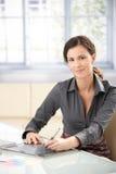 Diseñador gráfico de sexo femenino que usa la tablilla Imagen de archivo libre de regalías