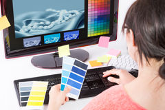 Diseñador gráfico en el trabajo Muestras del color Imagen de archivo libre de regalías