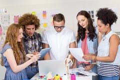 Diseñadores que usan el ordenador portátil y la tableta digital Foto de archivo libre de regalías