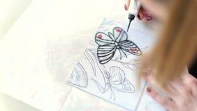 Disegnando con lo smalto su vetro stock footage