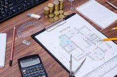 Disegni architettonici della casa moderna con la tastiera di computer, calcolatore, blocco note, penna, fotografia stock